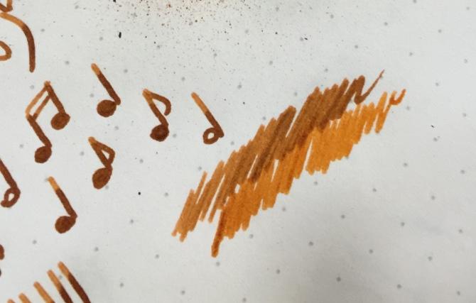 KWZ Ink Galusowa Mandarynka - porównanie atramentu świeżo nałożonego na papier oraz warstwy wyschniętej.